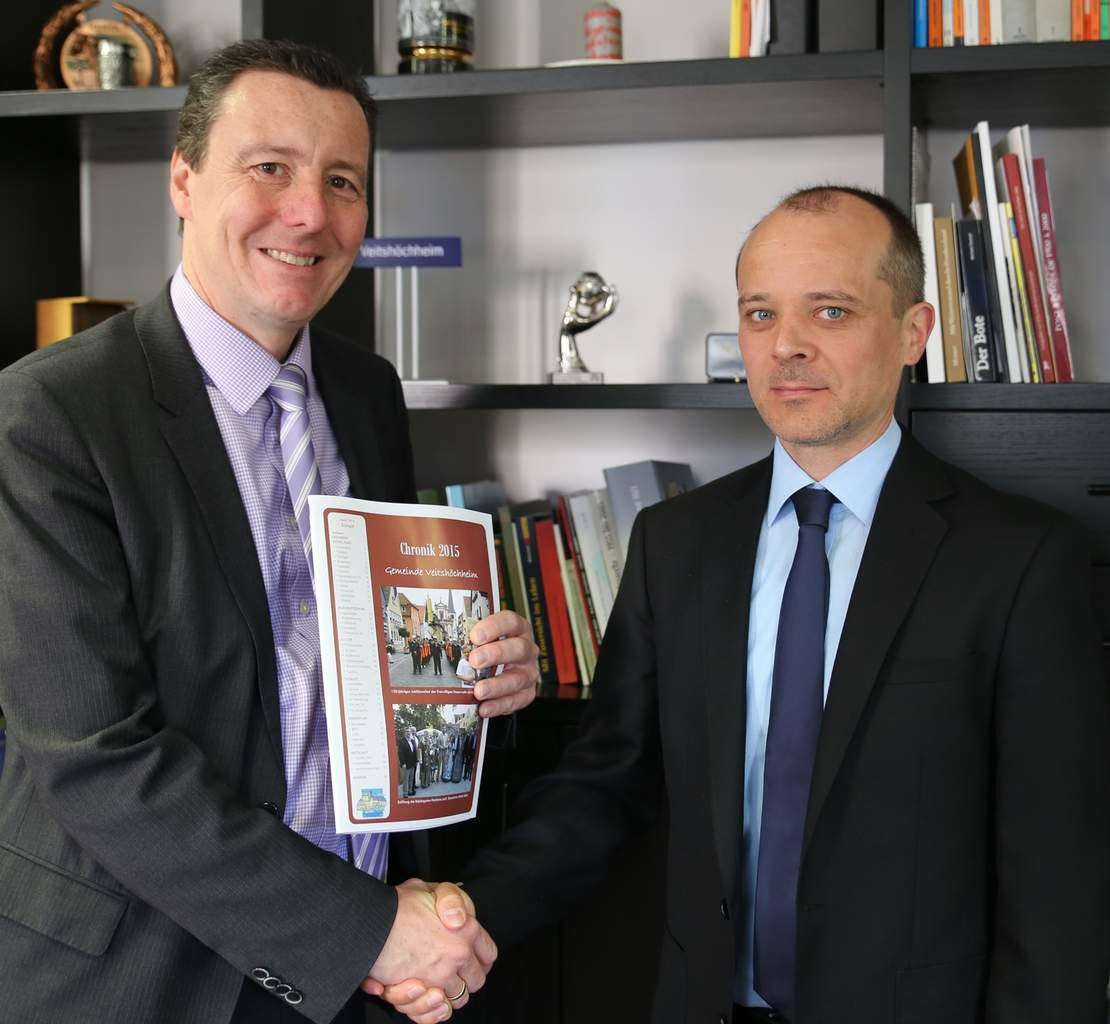 Bürgermeister Jürgen Götz stellte heute im Rathaus seinen neuen Geschäftsleitenden Beamten Daniel Stein vor und überreichte ihm die soeben fertiggestellte Chronik 2015, die auf 65 Seiten alles Wissenswertes über das vergangene Jahr enthält.