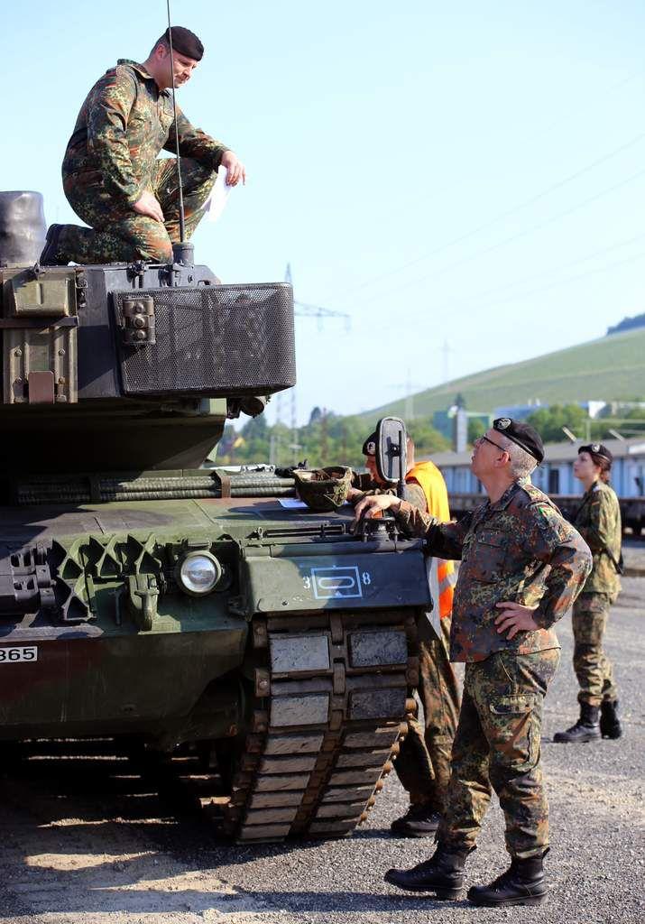 Divisionskommandeur Bernd Schütt nach dem gut gegangenen Entladevorgang im Gespräch mit einem Panzerkommandanten. Der Divisionschef sieht es als gutes Omen für den Samstag an, dass nach dem Abzug der Nebelschwaden zu Beginn des Ladevorgangs dann sich ein strahlenblauer Himmel präsentierte.