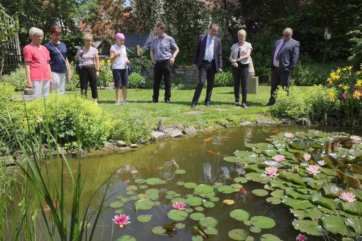 Auch Bürgermeister Jürgen Götz und sein erster Stellvertreter Winfried Knötgen waren tief beeindruckt vom gepflegten Garten des Verschönerungsvereinsvorsitzenden Burkard Löffler.