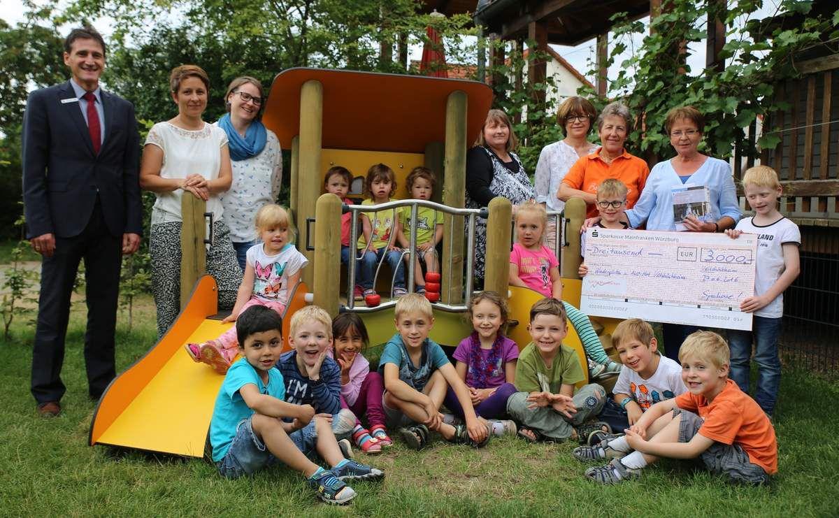 Sparkasse Mainfranken schüttet an die Veitshöchheimer Kindergärten und den AWO-Schulhort insgesamt 3.000 Euro aus