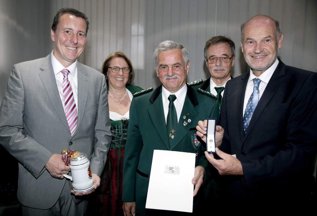 Hocherfreut über die hohe Auszeichnung ihres Schützenbruders Hubert Backmund waren denn auch Gauschützenmeister Wolfgang Kraft (2.v.r.) und die Veitshöchheimer Schützenmeisterin Gabriele Quast.