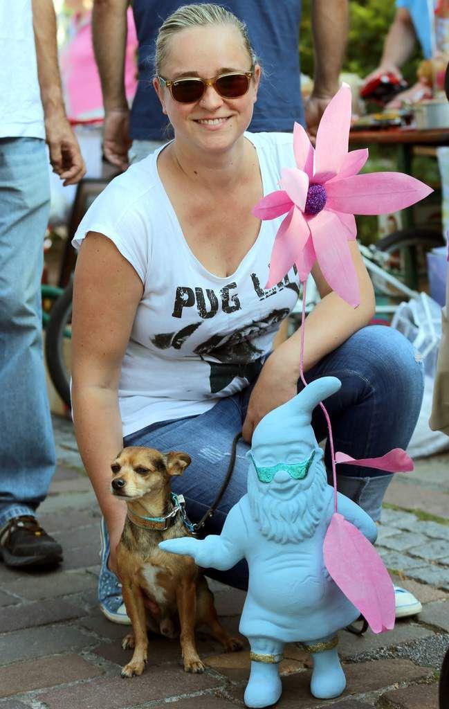 Der Chihuahua-Hund Neo kann sich nun auf diesen Gartenzwerg als neuen Gefährten freuen, den sein Frauchen auf dem Flohmarkt fand.