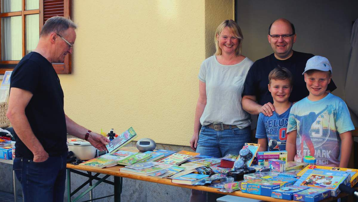Auch viele Kinder waren unter den Hobbyhändlern  anzutreffen, die großen Spaß daran hatten, für sie nicht mehr so interessante Spielsachen oder Bücher zu verhökern.