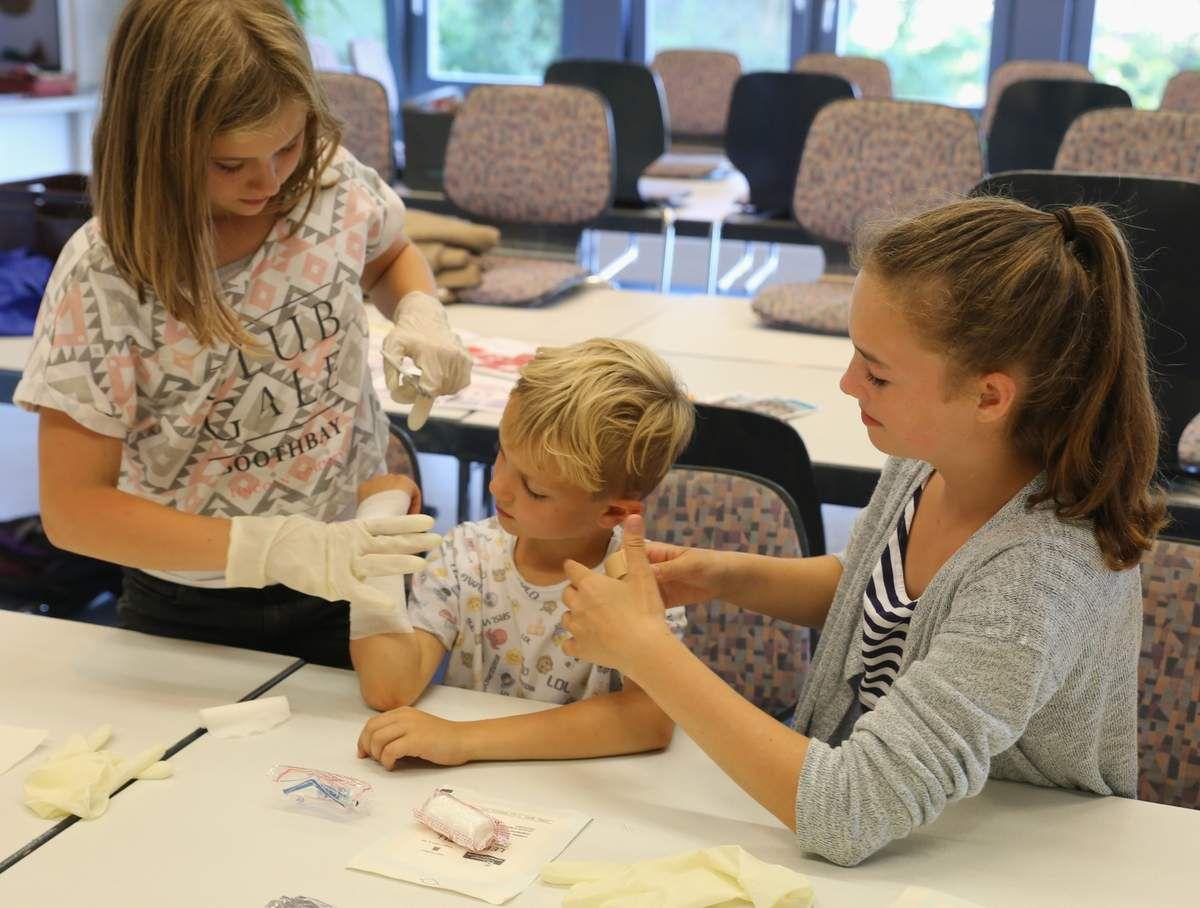 Hochmotivierte Veitshöchheimer Ferienkinder bei der Erstehilfe-Einweisung durch die Jugendrotkreuz-Ortsgruppe - Nachwuchsprobleme beim BRK vor Ort