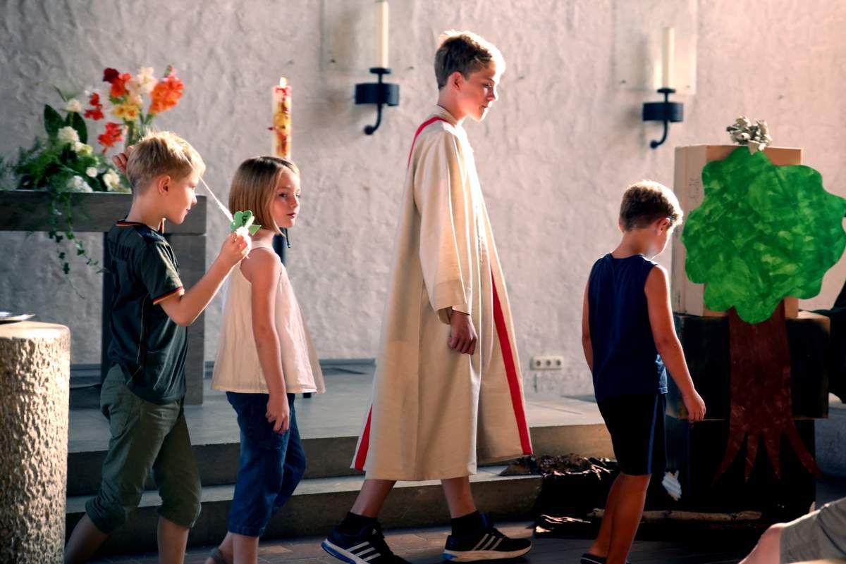 """Kinder spielen die biblische Geschichte: Jesus ist mit seinen Jüngern unterwegs und sagt: """"Ich bin der Weinstock, ihr seid die Reben."""" Danach dürfen alle zu Jesus kommen, sich mit ihm verbinden, Kraft schöpfen und als Freundinnen und Freunde von ihm Gutes tun."""