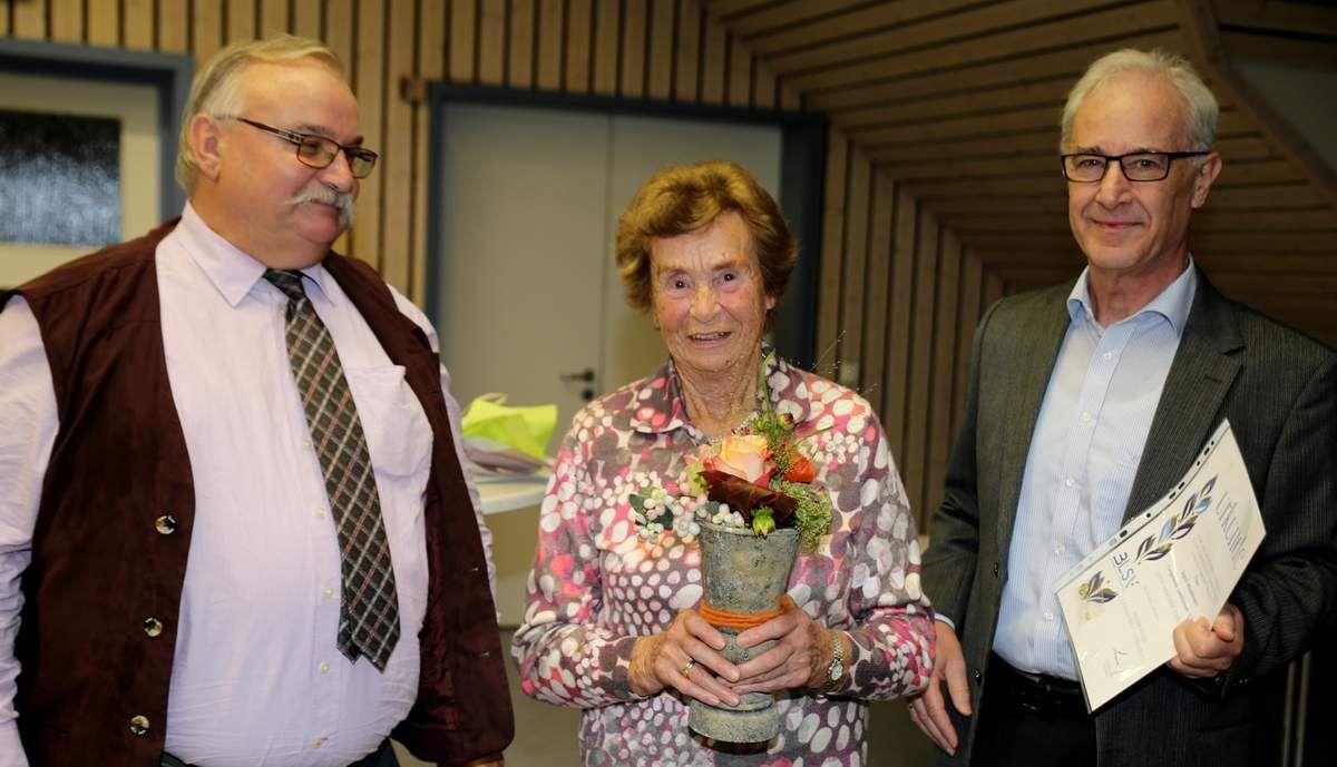 """Eine besondere Ehrung wurde Ehrenmitglied Sigrid Muselmann mit einem Blumenpräsent für ihre Lebensleistung zuteil: Sie ist nicht nur seit 60 Jahren Mitglied, sondern in all den Jahren bis heute als Übungsleiterin der Abteilung Turnen Woche für Woche aktiv. Der TGV-Vorsitzende nannte sie eine Pionierin des Turnsports, auf die der Verein sehr stolz sei. """"Das war einfach mein Leben"""" sagte bescheiden die Geehrte."""