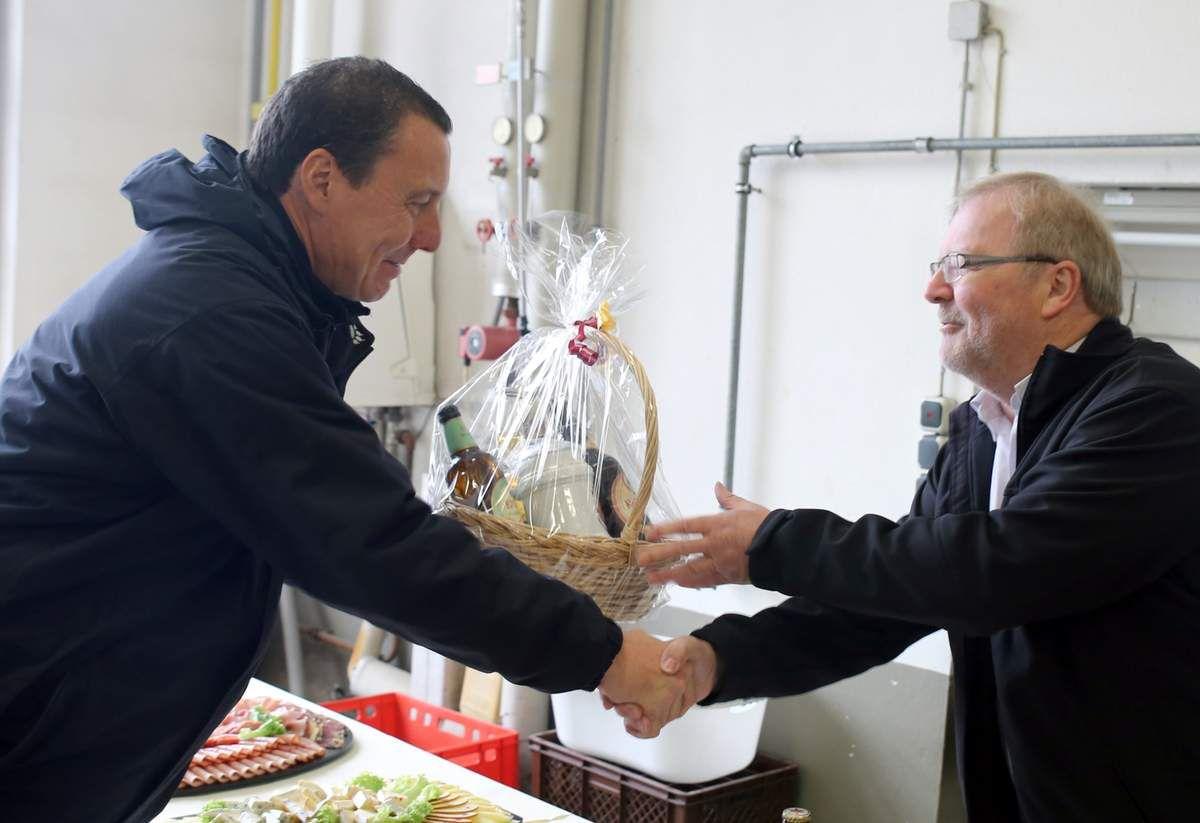 Es war zugleich der letzte von Bauamtsleiter Gerhard Reichert organisierte Rundgang, der dieses Mal in nördliche Gefilde des Gemeindebietes ins Birkental führte. Als kleines Dankeschön für seine Mühen überreichte ihm Bürgermeister Jürgen Götz einen Präsentkorb.