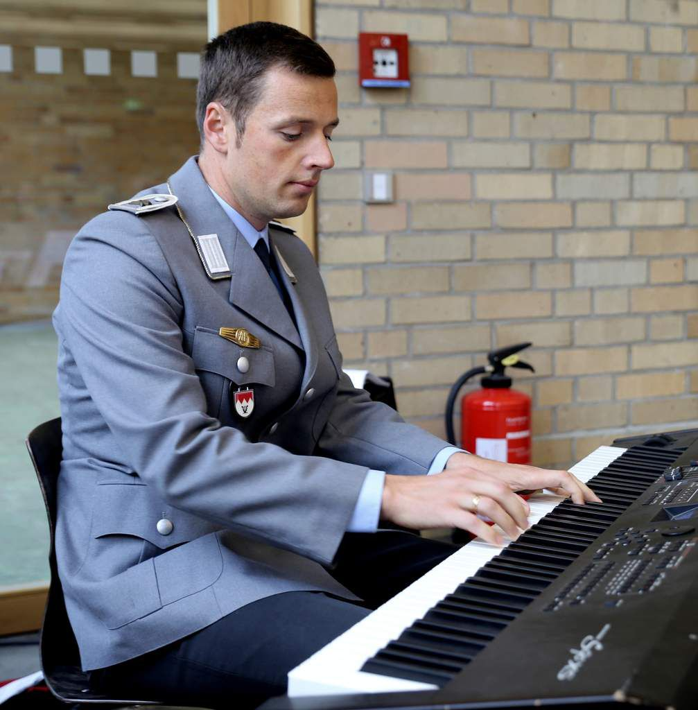Im Auslandseinsatz im Kosovo befindet sich zur Zeit auch das Heeresmusikkorps Veitshöchheim. Genauso wunderschön begleitete dafür Hauptfeldwebel Eugen Knittel musikalisch am Keyboard den Gottesdienst.