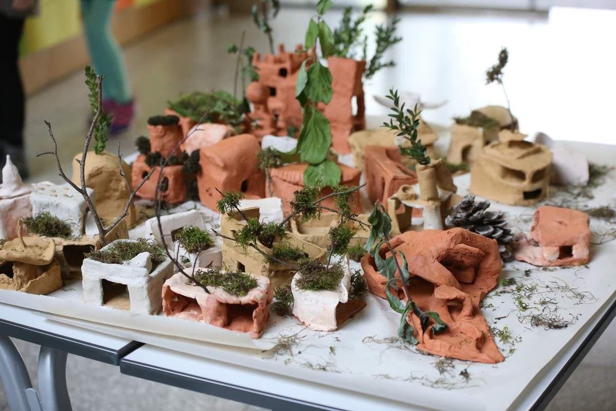 und Waldhäuschen aus Naturmaterialien