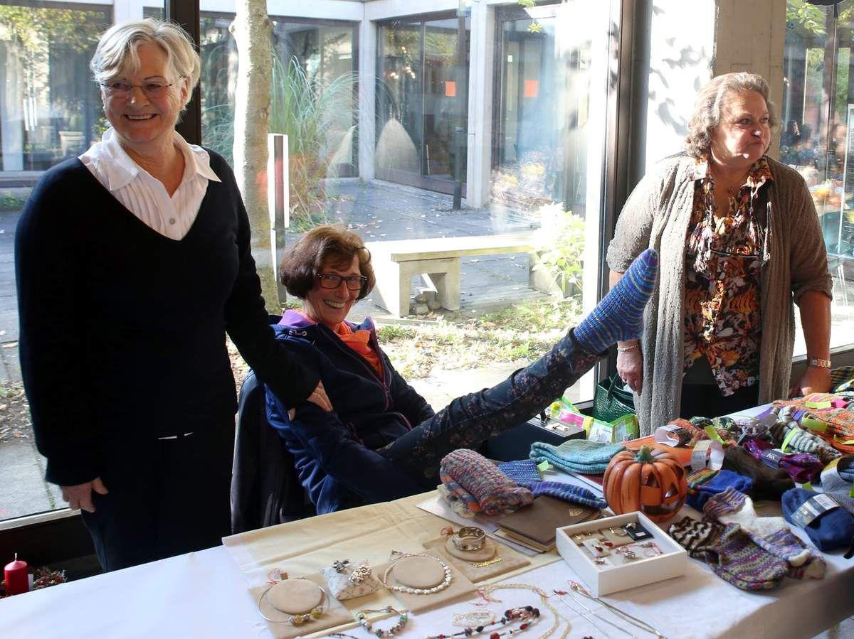 Alexandra Hartmann (rechts)  häkelt und strickt gerne, so auch Deckchen, Pullover, Socken.