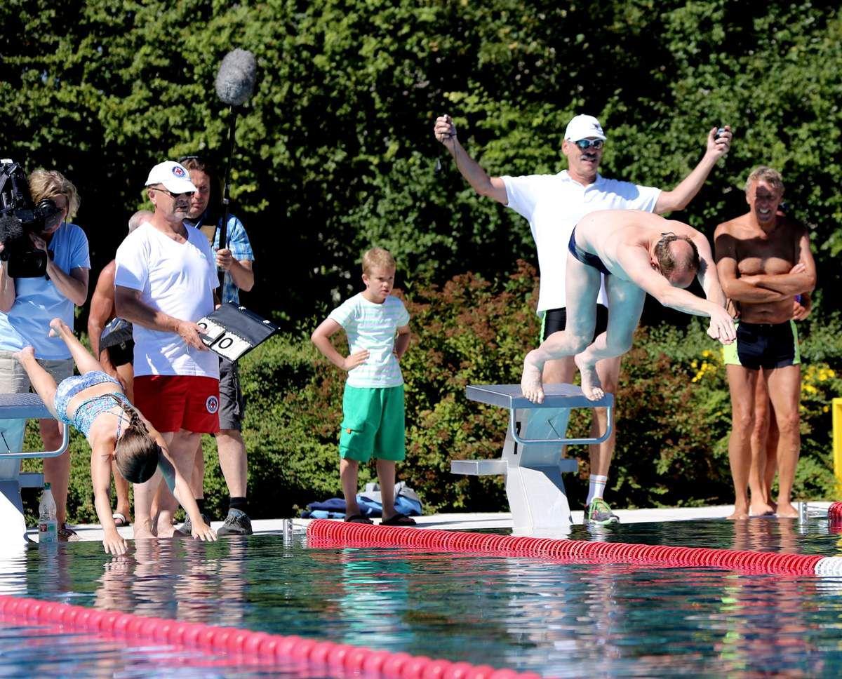 """Mit dem vielfachen Schwimmweltmeister Thomas Lurz stürzte sich 2016 auch ein prominenter Badegast in das 50-Meter-Becken des Veitshöchheimer Geisbergbades bei der Veranstaltung """"Schlag den Lurz""""."""