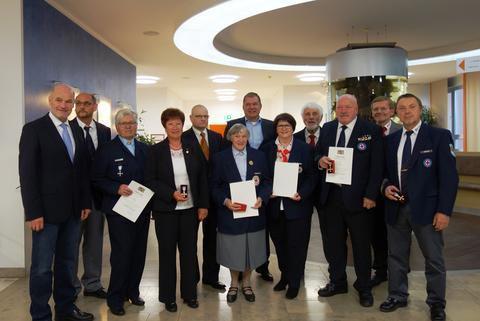 Für 40 Jahre ehrenamtlichen Einsatz beim Bayerischen Roten Kreuz wurden von Landrat Eberhard Nuß (l.), BRK-Kreisvorsitzenden Peter Wesselowsky (4.v.r.) und Kreisgeschäftsführer Reinhold Weißenseel (2.v.r.) (v.l.) auch Rose Hain aus Veitshöchheim (4.v.l.)  und Karl-Heinz Hornung mit dem Ehrenzeichen am Bande in Gold geehrt. © Eva-Maria Schorno