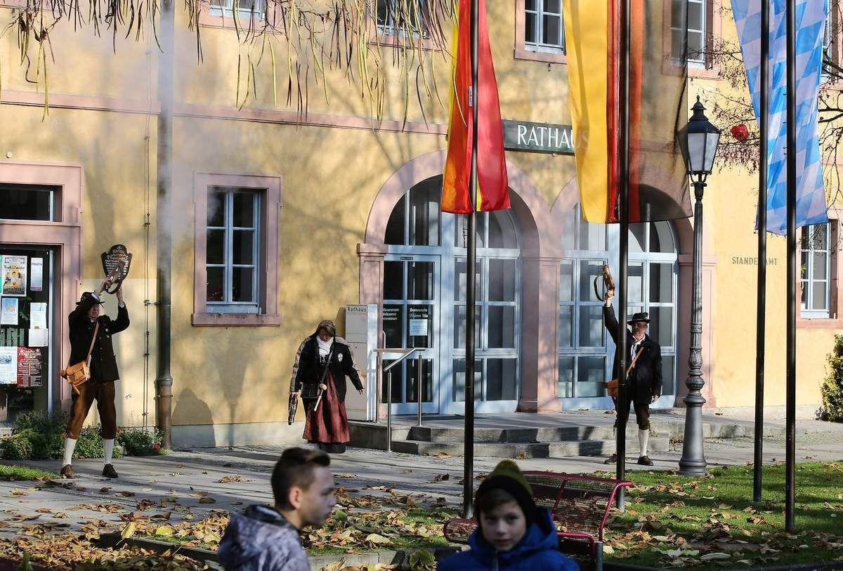 Nach der Kranzniederlegung gaben drei Böllerschützen der Sportschützengesellschaft vor dem Rathaus mit drei Schüssen ein Ehrensalut.