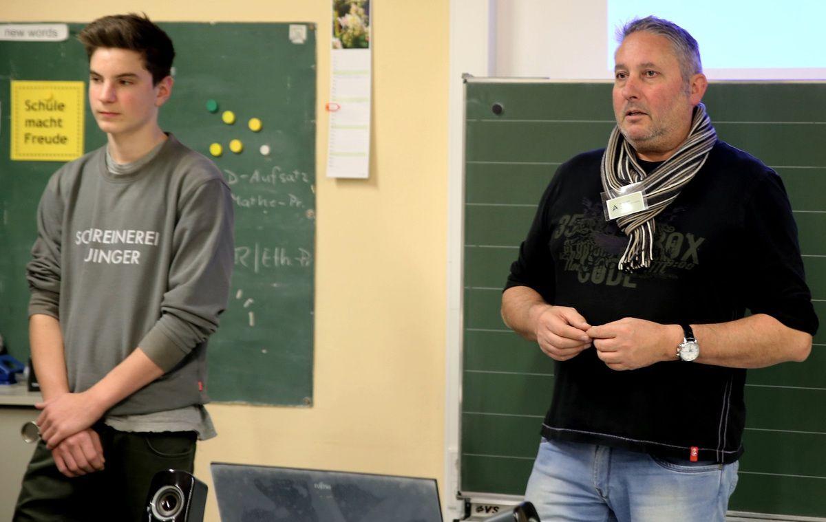 Erstmals beim BIT dabei, Jürgen Auinger, der in Zell eine Werkstatt für Möbel und Objekte betreibt. Er hatte seinen Schreinerlehrling Ferdinand Schmitt mitgebracht. Wie Auinger sagte, könne er Praktikumsplätze anbieten, lege aber Wert darauf, dass die Schüler selber anrufen und auch eine Bewerbung schreiben.