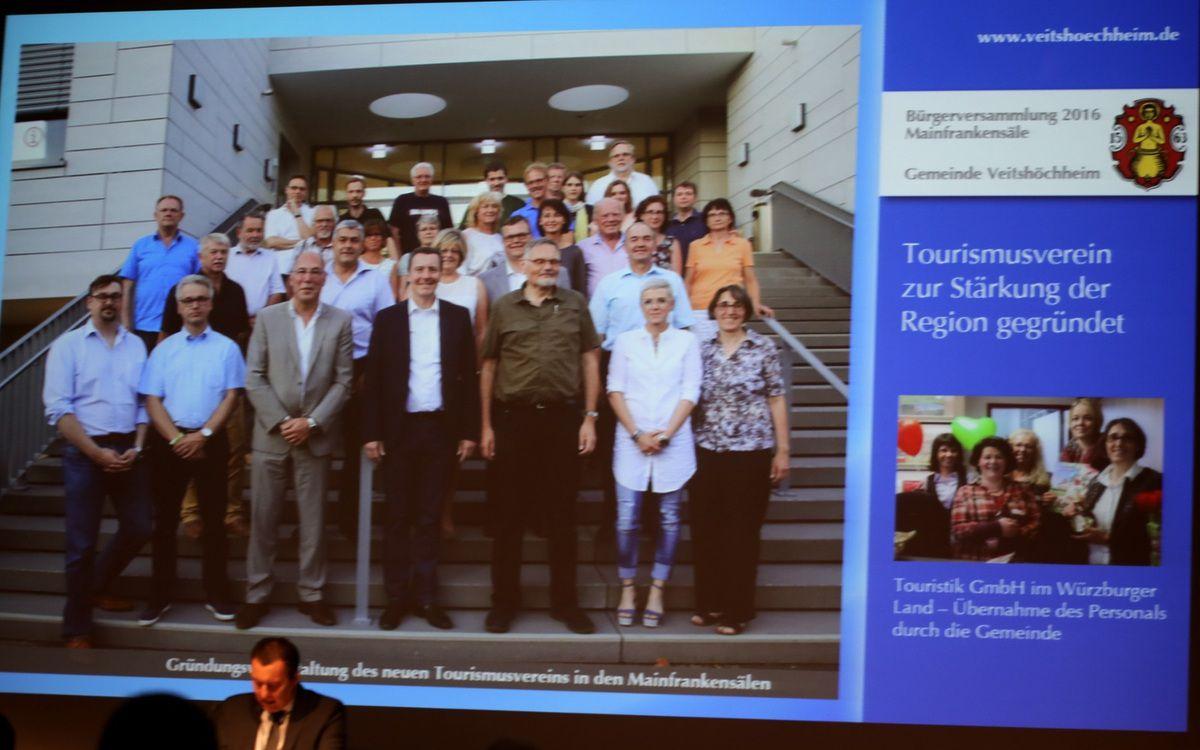 """Die Gemeinden Erlabrunn, Leinach, Margetshöchheim, Retzbach, Retzstadt, Thüngersheim, Veitshöchheim, Zell und Zellingen, sowie etliche Vertreter von Vereinen und Organisationen, Gastronomiebetrieben, Winzer und Einzelpersonen gründeten im Juli den """"Tourismusverein Nördliches Würzburger Land"""". Bereits im April dieses Jahres hatte der Gemeinderat dafür die Weichen gestellt, in dem er beschloss das Personal der seit Januar 2015 in den Mainfrankensälen untergebrachten Geschäftsstelle der Touristik GmbH mit Geschäftsführerin Dr. Petra Reichert- Südbeck an der Spitze ab 1.1.2017 wieder bei der Gemeinde anzustellen.  Durch die Änderung der Organisationsform ändert sich im Prinzip nichts an den Aufgaben der nunmehr für die Gemeinde Veitshöchheim und den Verein tätigen Touristinfo-Stelle in den Mainfrankensälen. Sie hat auch weiterhin neben der Gästebetreuung und –information vor Ort touristische Aufgaben zu erfüllen."""