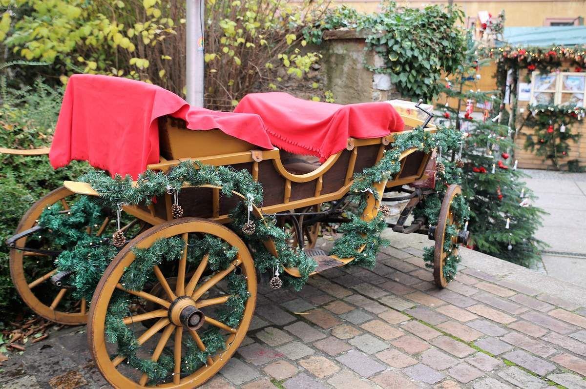 Neu ist am Aufgang zum Haus der Begegnung diese Weihnachtskutsche – sie dient dem Weihnachtsmann zum Beschenken der Kinder