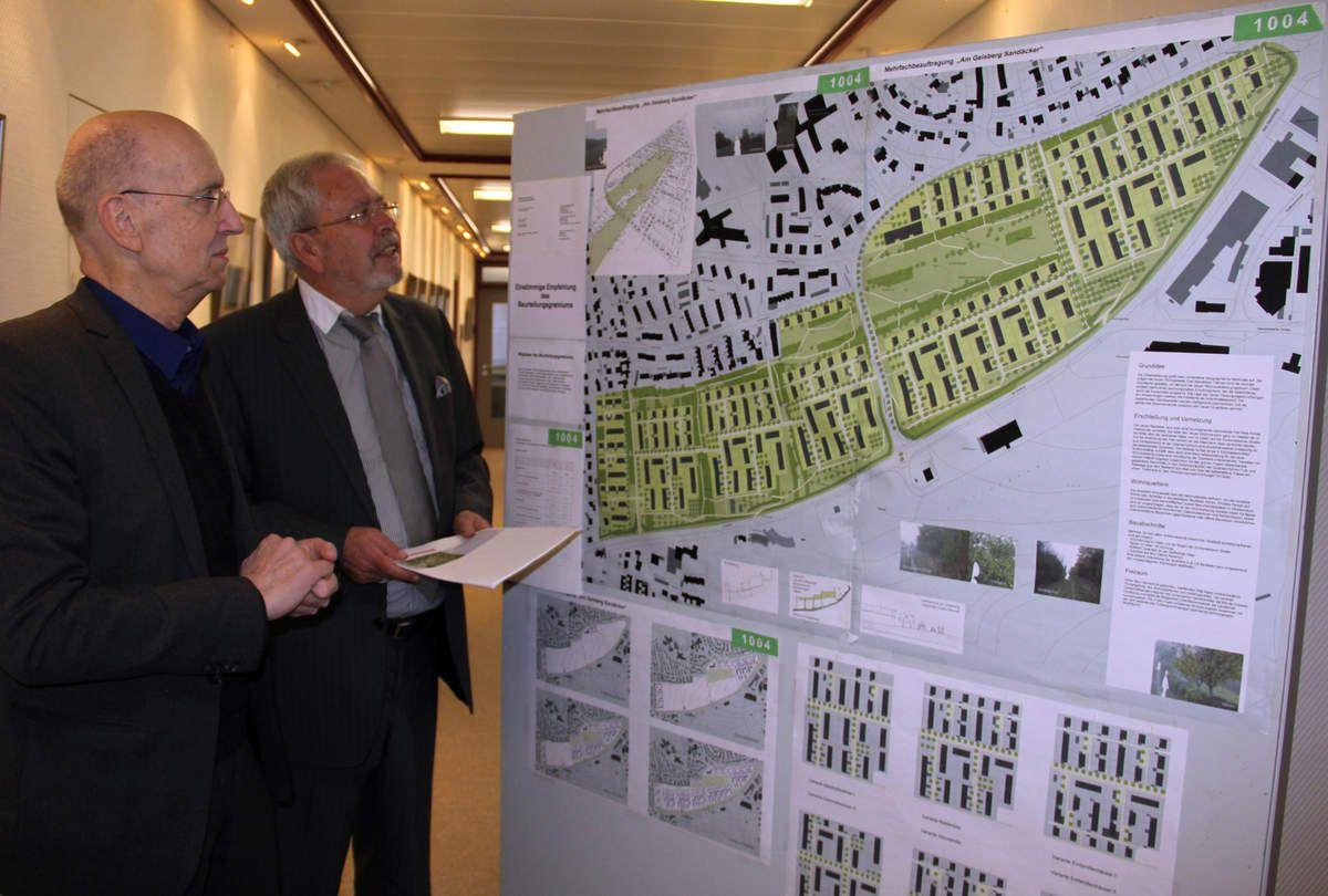 Dr. Hartmut Holl erläutert 2012 den Lorenzen-Strukturplan für das gesamte Gebiet Geisberg/Sandäcker