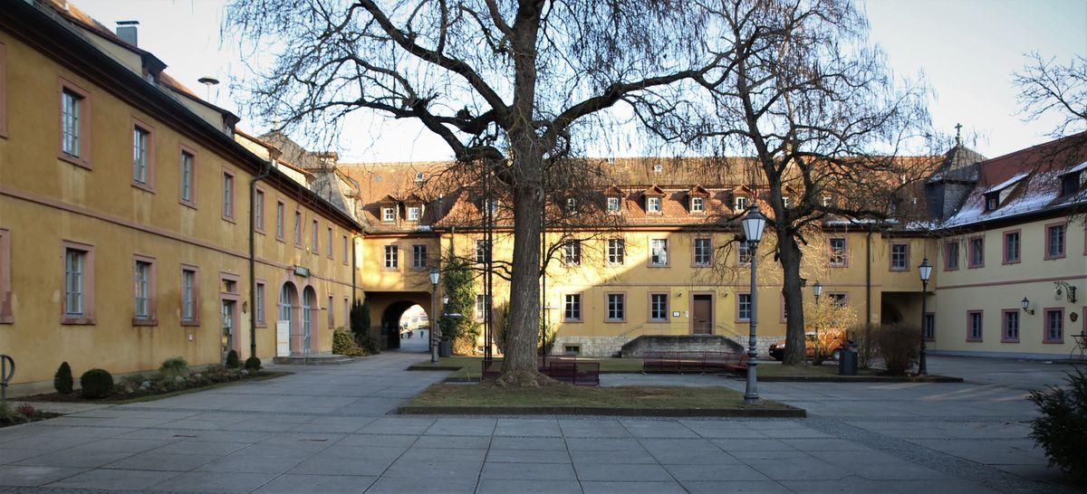 Blick in den Rathausinnenhof von der Kirchstraße aus gesehen, links das Rathaus, im Hintergrund der Mittelbau und rechts der Ratskeller