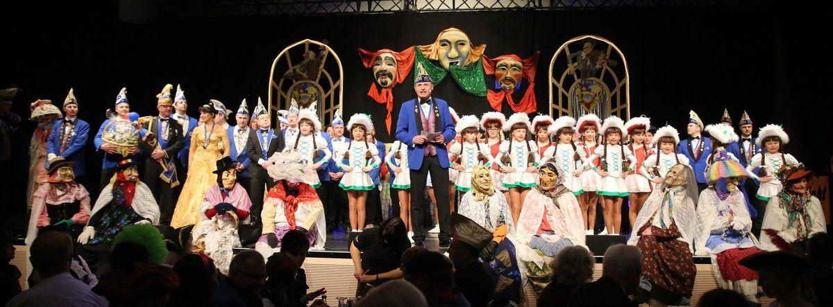 """Gespickt mit tänzerischen Einlagen und humorvollen Büttenreden aus Nah und Fern zündete der Veitshöchheimer Carneval-Club bei seiner ersten Prunksitzung in den Mainfrankensälen ein sechsstündiges Feuerwerk der guten Laune. Sitzungspräsident Erhard Sungl moderierte mit launigen Worten nach dem Motto """"Sehen, Hören, Begeistert sein"""" das trotz der über 20 Nummern kurzweilige und höchst abwechslungsreiche Programm, das ohne Pannen über die Bühne ging und nach Meinung vieler schon zur Pause eine nochmalige Steigerung gegenüber dem Vorjahr brachte."""