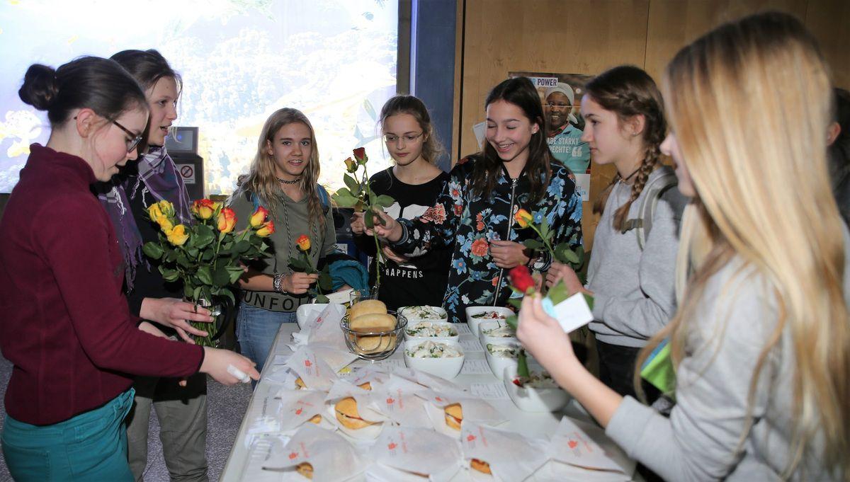 Eine Rose erhielten im Bild auch einige der 80 Kunden der Schülerlounge, die für mindestens zwei Euro täglich ein Mittagsgericht verzehren.