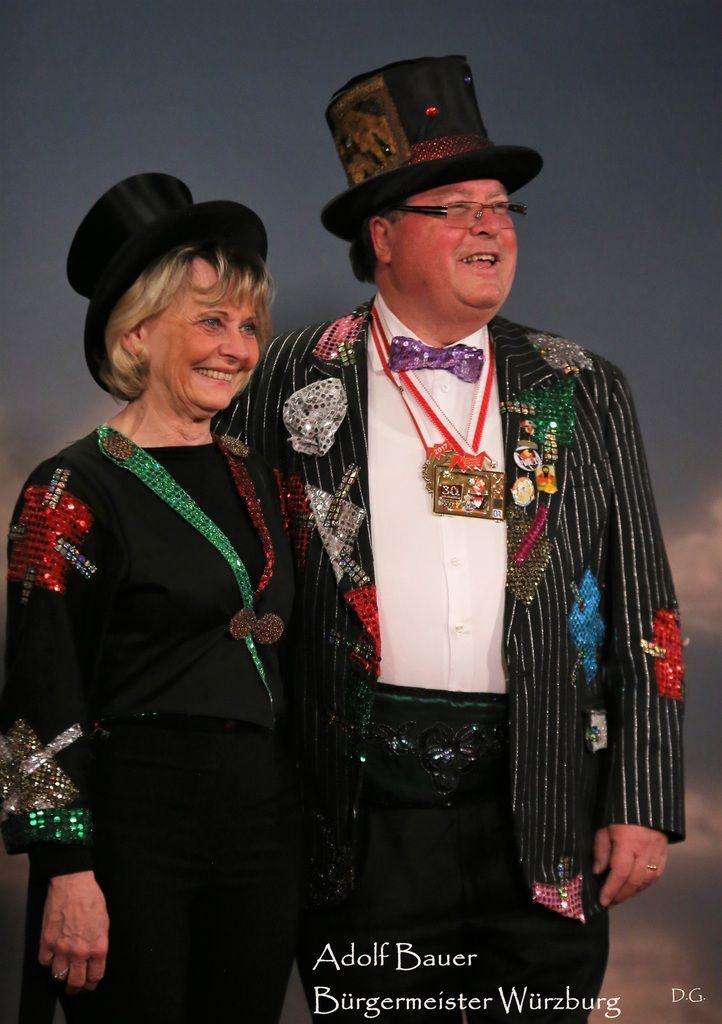 Fastnacht in Franken - Schaulaufen der kostümierten Prominenten auf dem roten Teppich mit Fotoshooting