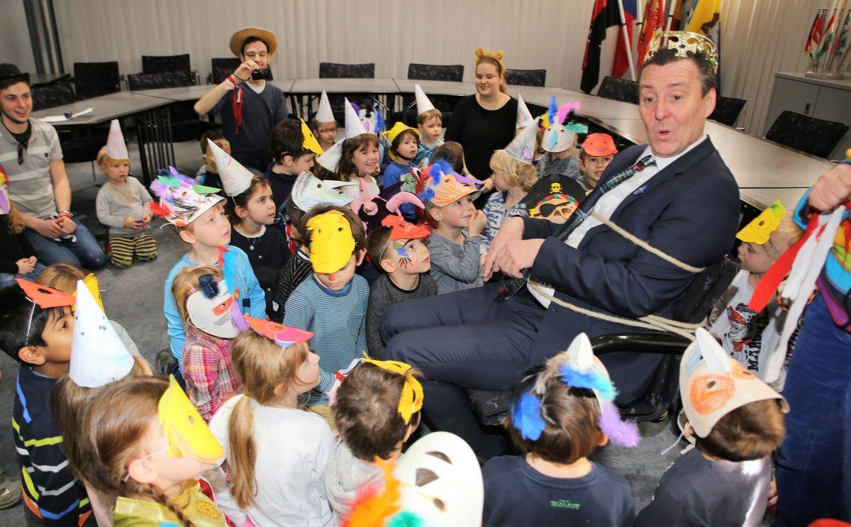 Gute Miene zum bösen Spiel machte der Gefesselte, als ihm die Kinder voller Schadenfreude eine Krone verkehrt rum aufsetzen.