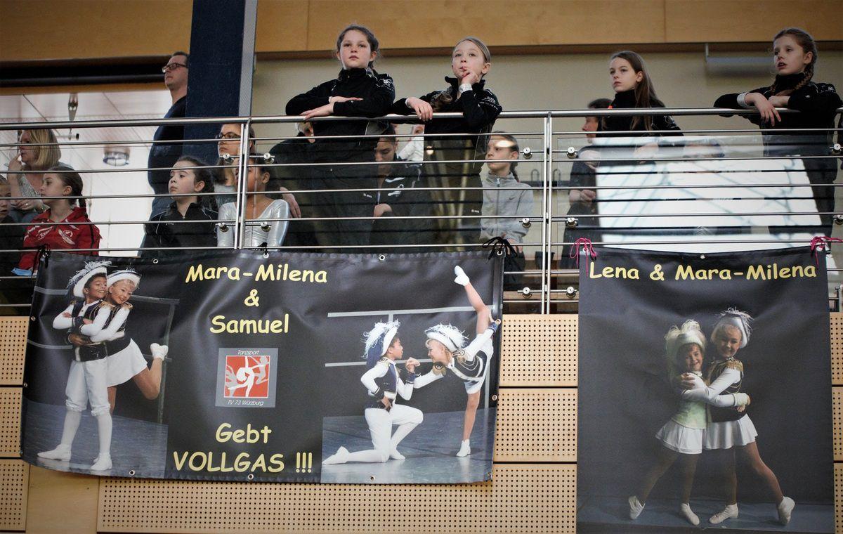"Spruchbänder wie ""Gebt Vollgas!"" brachten Fans des Tanzpaares an der Tribünenverkleidung an."