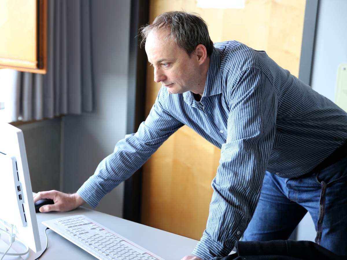 In einem Beruf mit nach wie vor großen Zukunftsperspektiven ist Michael Dudeck als Netzwerkadministrator der 3.600 Mitarbeiter zählenden Firma Warema in Marktheidenfeld tätig. Seine Firma suche dringend EDV-Fachleute. So sind dort allein 40 Softwaerentwickler tätig. Gefragte Berufe sind hier die Fachinformatiker, die IT-Systeme planen und einrichten, indem sie Hard- und Software miteinander vernetzen. Sie entwickeln und passen Anwendungen nutzerorientiert an und schulen ihre Kunden zur Bedienung, Datensicherheit und anderen Themen.  IT-Systeme gibt es in jeder Branche, in jedem Unternehmen und in so gut wie jedem Haushalt. Computer sind überhaupt nicht mehr wegzudenken. Immer mehr Prozesse werden automatisiert und erleichtern uns den Alltag – ob privat oder auf der Arbeit. IT-Profis werden also zunehmend wichtiger und deshalb wählt man, so Dudeck mit dem Fachinformatiker einen Beruf mit Zukunft.  Weiterführend steht Abiturienten auch das Bachelorstudium Informatik an Hochschulen offen.