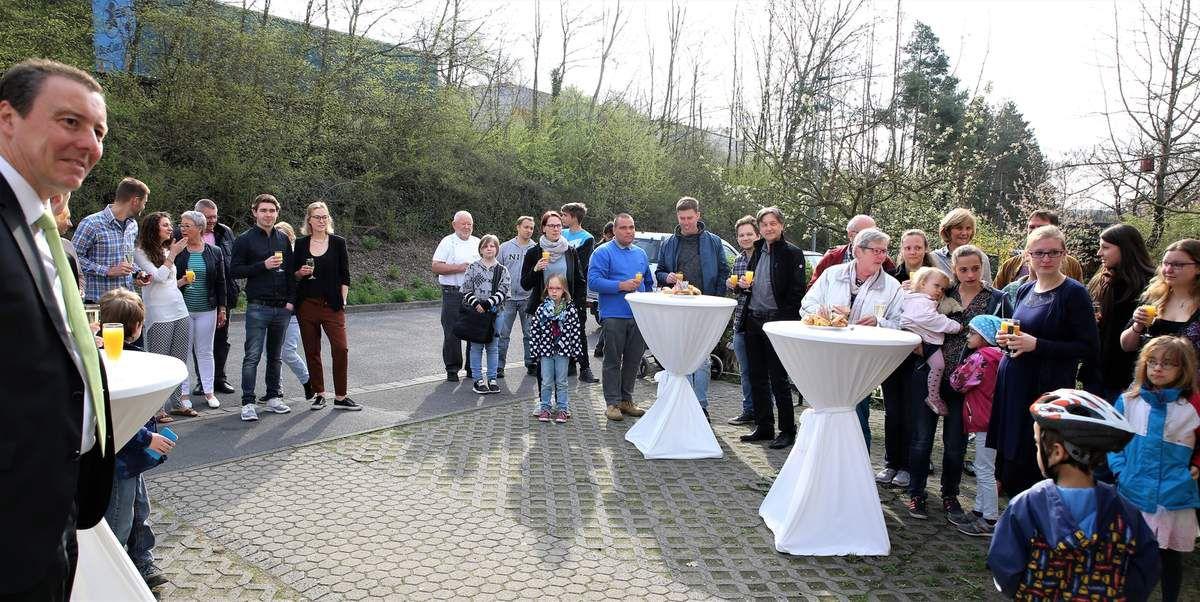 Zur Übergabefeier waren auch Nachbarn und viele Freunde der Konrads gekommen.