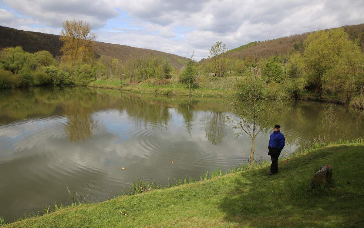 1977 konnte der Verein den kleinen See käuflich erwerben, auf den im Bild Eduard Bund, der Vater des 1. Vorsitzenden  blickt. Im kleinen See findet immer das alljährige Anangeln statt. Dieser ist derzeit bis 1,80 Meter tief und deshalb leichter als der weniger tiefe größere See befischbar.  Der Verein hat nun nach Angaben von Joachim Bund vor, das im Bild rechts im Hintergrund zu sehende Ufergelände abzutragen und so den kleinen See um 2.500 Quadratmeter zu vergrößern und ihn durch Ausbaggerung um zwei Meter zu vertiefen. Der Vorsitzende erhofft sich, dass diese Maßnahme kostenneutral durchgeführt werden kann, denn das abzutragende Gelände-Material sei sandig und könne von der Baufirma verwertet werden.