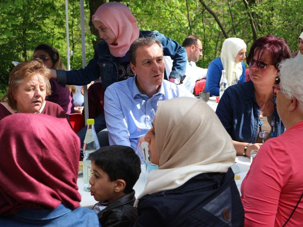 """Gekommen war auch Bürgermeister Jürgen Götz, der sich in dieser Runde sichtlich wohlfühlte. Götz: """"Die NaturFreunde erfreuen sich in Veitshöchheim großer Wertschätzung. Nicht nur, weil sie ein begehrtes Ausflugsziel darstellen, oder Gruppen aus unseren Partnerstädten gut unterbringen können. Das soziale Engagement der NaturFreunde, wie die heutige Veranstaltung mit Flüchtlingen, verdienen Dank und Anerkennung."""""""