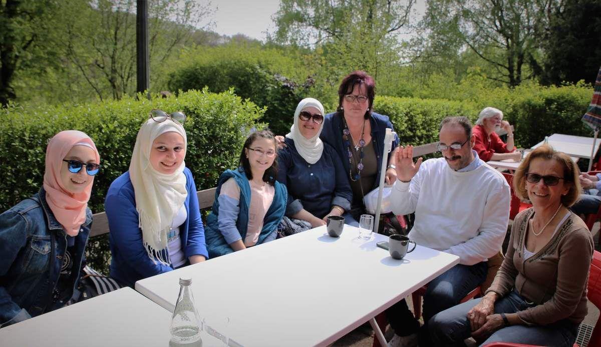 """Das Treffen offenbarte, dass sich viele gute Beziehungen zwischen den Flüchtlingen und den ehrenamtlichen Helfern (im Bild Doris Winkler und Ute Schnapp) entwickelt haben, die man am besten als """"Patenschaften"""" bezeichnen kann und die sehr effektiv sind (so Edelmann)."""