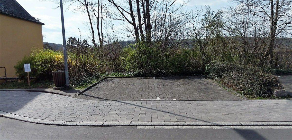Die Gemeinde Veitshöchheim beabsichtigt die Errichtung einer Ladesäule für Elektrofahrzeuge auf diesem Parkplatz an der Zufahrt zum Bahnhof.