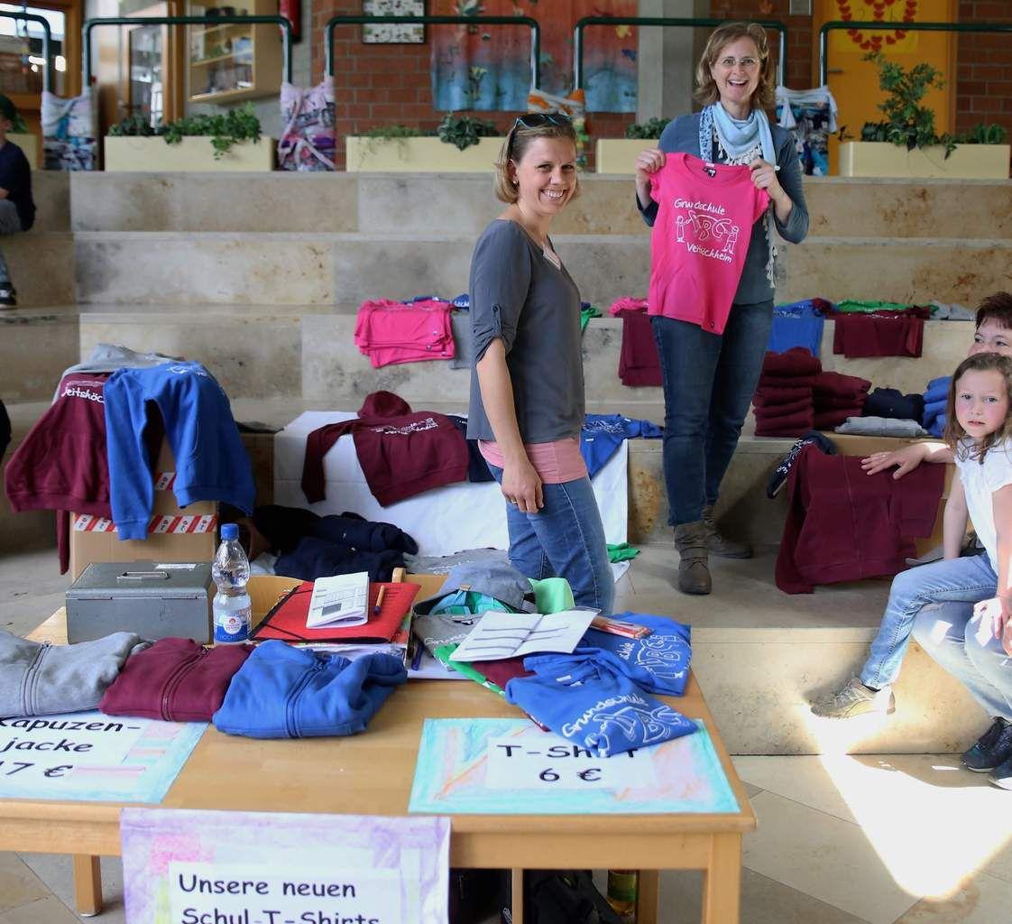 Der Elternbeirat betrieb auch einen T-Shirt-Verkaufs-Stand. Alle Schüler waren so in verschiedenfarbige T-Shirts gekleidet.
