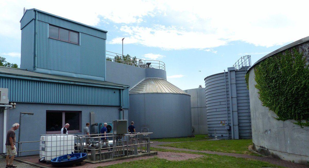 Von links: Maschinenhaus, Faulturm, Gasbehälter, Schlammspeicher