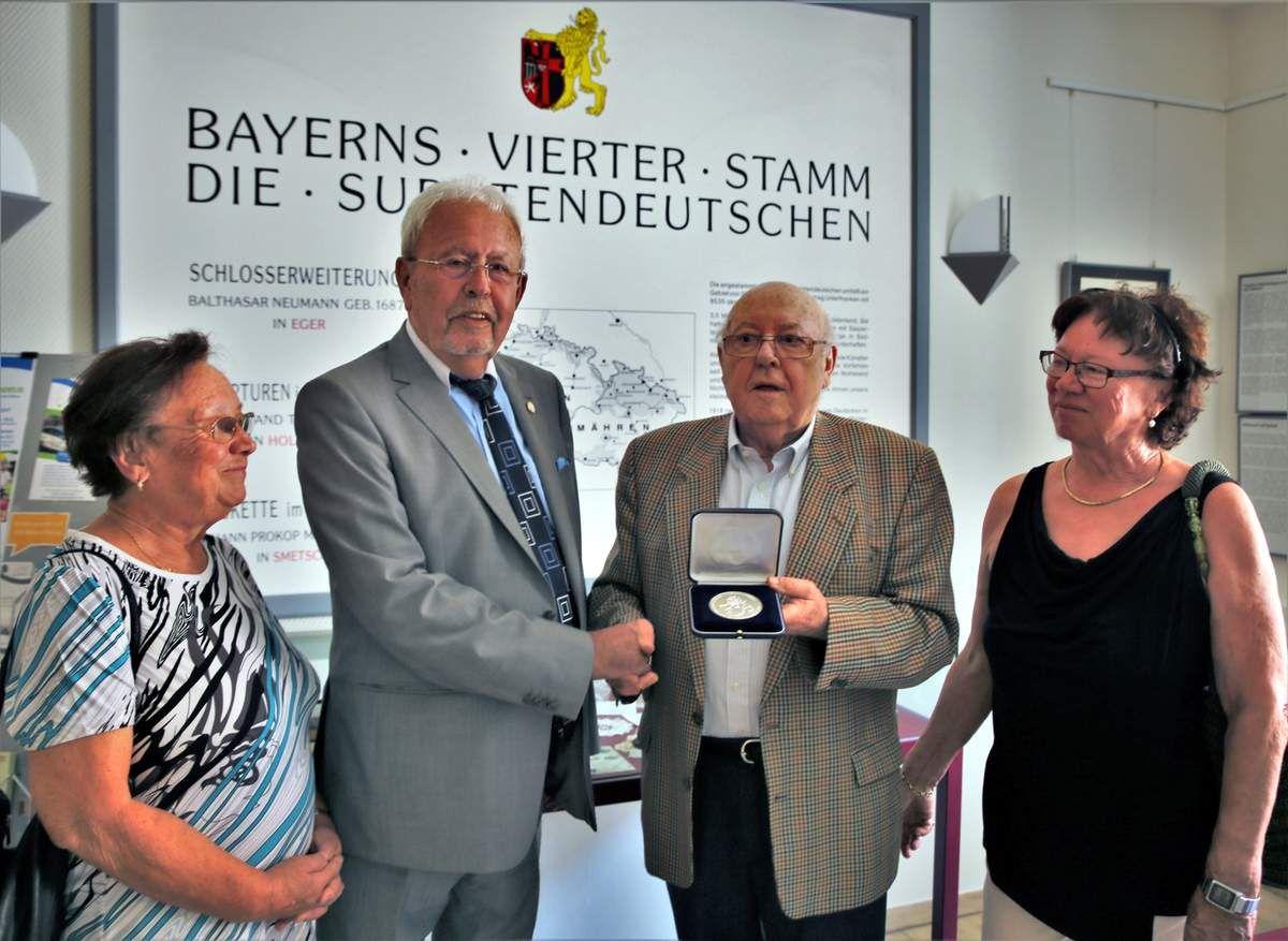 Sudetendeutsche Landsmannschaft Bayern zeichnet Veitshöchheims Altbürgermeister Rainer Kinzkofer mit silberner Verdienstmedaille aus