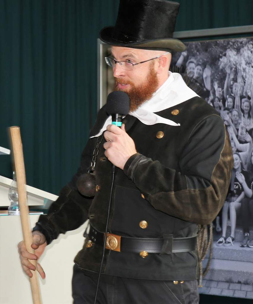 Kabarettmäßig tat dies auch Björn Arnold, der als Schlotfeger verkleidet über den Schornstein Einblick in die Zimmer seiner Schüler nahm.