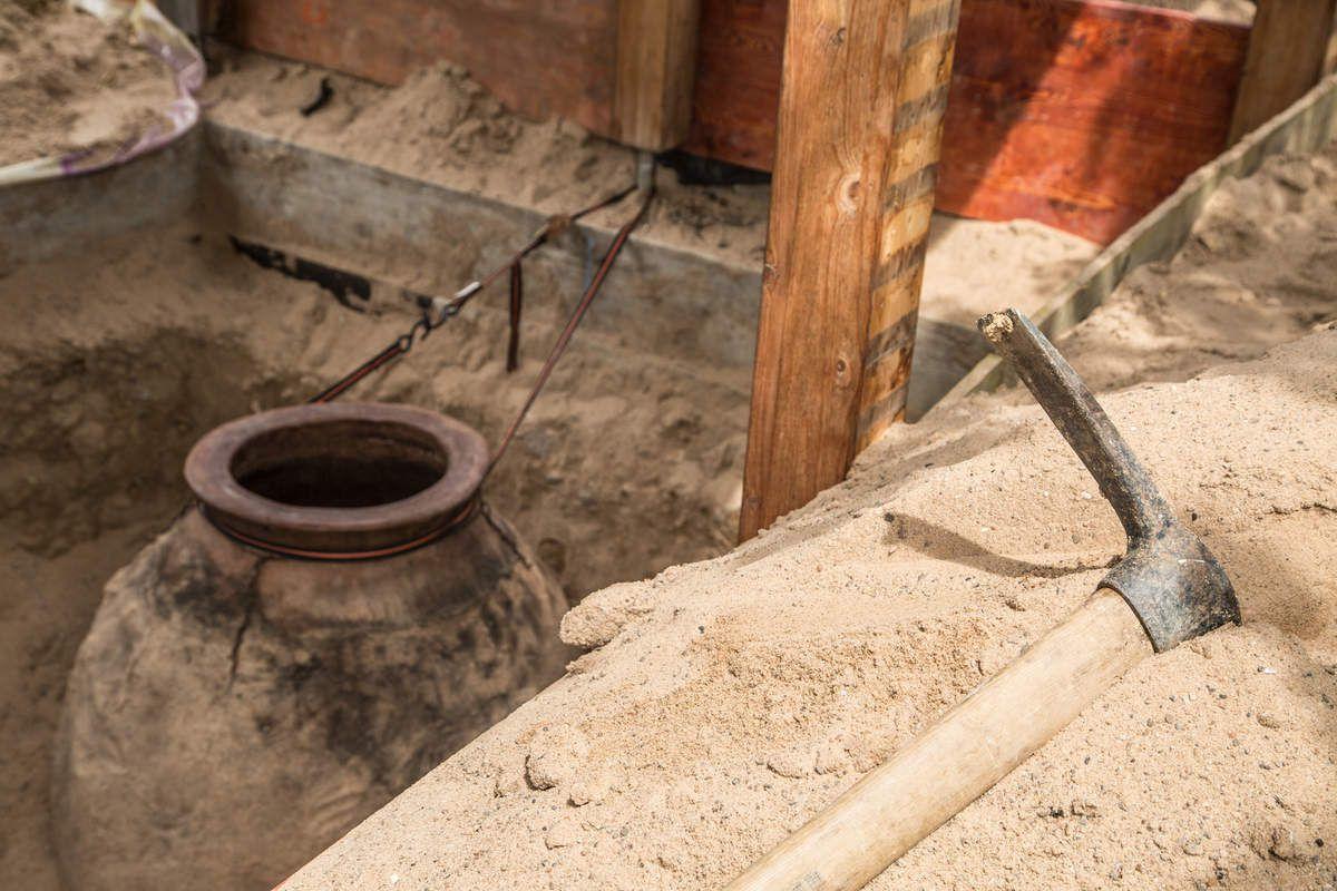 Imposanter Anblick aber dennoch filigran in der Ausführung: Die Außenwand der in Georgien in Handarbeit hergestellten Amphore ist gerade einmal daumendick. Das Qvevri kann daher nur im vergrabenen Zustand befüllt werden.