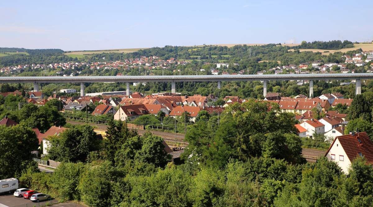Blick nach Südwesten zur Bahnbrücke und Zell am Main