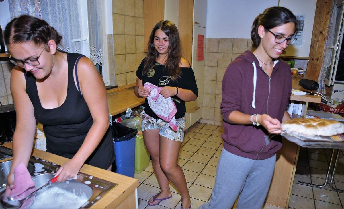 Wie selbstverständlich halfen alle nach dem Essen beim Abräumen und unterstützten freiwillig welche den Küchendienst beim Abspülen, sodass wenige Minuten nach dem Essen der Aufenthaltsraum piccobello war (auf dem Foto v.l.n.r. Katharina aus Tschechien, Ira aus der Ukraine und Rosa aus Spanien