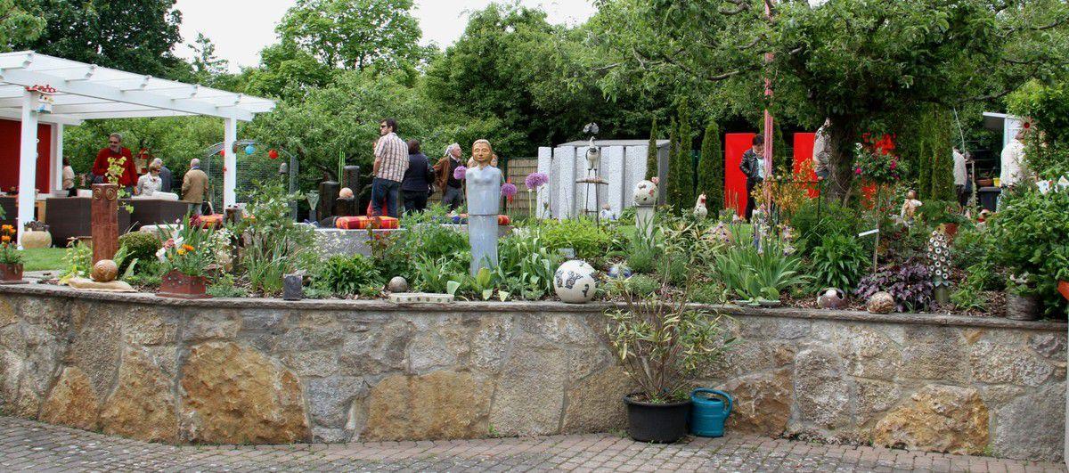 Auch der Garten von Uta Will (diese Fotos sind vom Tag der Offenen Gärten 2013)  wird durch die vielen Kunstwerke der Bewohnerin zu etwas ganz Besonderem (im letzten Bild Will in der Töpferwerkstatt von Barbara Grimm) - Fotos D. Gürz.