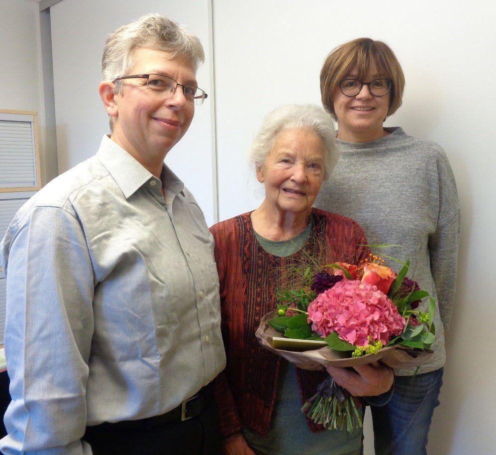 Einen Blumenstrauß gab es für die Vorleseoma Christl Becker von Pfarrerin Silke Wolfrum und Kita-Leiterin Sabine Blum.