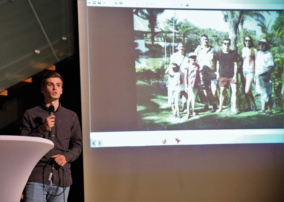 Moderator Tim Rüterbories konnte dann den Mitschüler Lorenz auf der Bühne präsentieren, der in den Sommerferien selber mit einer Reisegruppe durch ganz Bolivien und die Städte  La Paz, Santa Cruz und Sucre reisen durfte und erlebt hat, dass dort die Kultur ganz andersartig ist, als hier in Deutschland.   Er konnte dabei auch hautnah erleben, wie Copal Hilfsprojekte unterstützt. So wurde im Sommer 2017 mit der staatlichen Lehrerbildungsanstalt von La Paz zur Sprachenausbildung vereinbart, zunächst zwei Lehramtsstudenten aus La Paz im Rahmen eines Stipendiums ein bis zu dreimonatiges Praktikum an einer Schule in Deutschland zu ermöglichen.  Tief beeindruckt war Lorenz auch von der Copal-Hilfe für das Gesundheitszentrum San Juan Lazareto in La Paz, wo verschiedene von Copal übergebene Geräte wie  in Röntgengerät für die Zahnarztpraxis oder ein gynäkologischer Stuhl hervorragende Dienste leisten und wo notleidende  Menschen eine kostenlose Behandlung bekommen.  Daneben bekam Lorenz auch einen kleinen Einblick in das bolivianische Schulleben, als er zwei Tage lang in Sucre in einer Gastfamilie leben und eine Schule  besuchen konnte, wo noch mit ganz einfachen Mitteln gelehrt werde, was man hier gar nicht mehr gewöhnt sei.