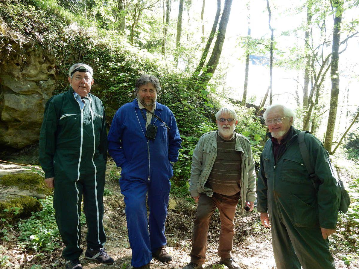 Devant la grotte, de gauche à droite : Jean-Marie Le Tensorer, Paul Bahn, Jean-Claude Marquet et Michel Lorblanchet