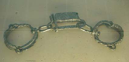Des entraves de conception gauloise, utilisées pour les esclaves