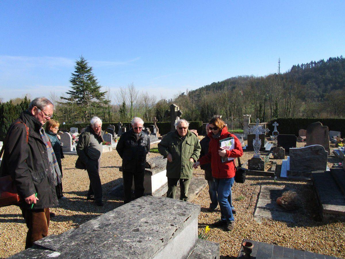 Claude Leymarios et Alexandra Mignot du CDPA 41 au cimetière de Lavardin