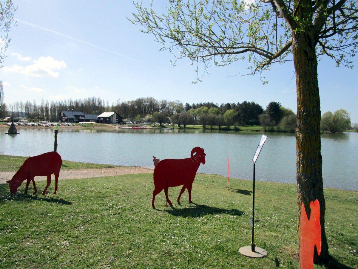 Se détachant sur les bords du lac, les sculptures exposées dans les jardins du château du Lude et prêtées par Madame de Nicolaÿ