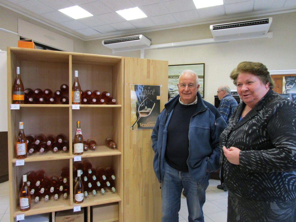 Claude Germain et la responsable de la Maison des vins