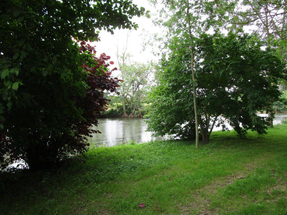 Le camping de Montoire. L'accueil récemment  réaménagé. De vastes allées bordées de grands à proximité du Loir (idéal pour les pêcheurs)