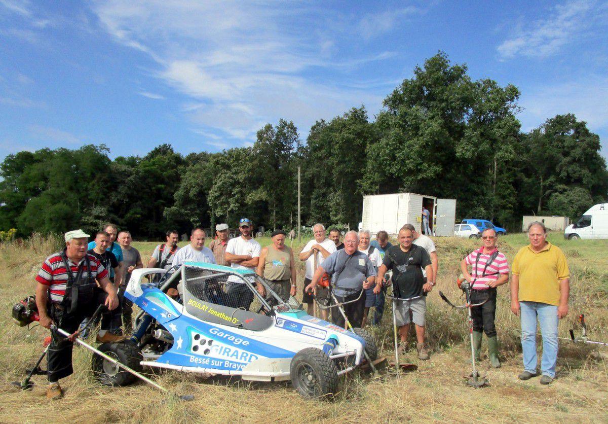 A l'extrême droite, Michel Desneux entouré de bénévoles rassemblés autour du kart de Jonathan Boulay